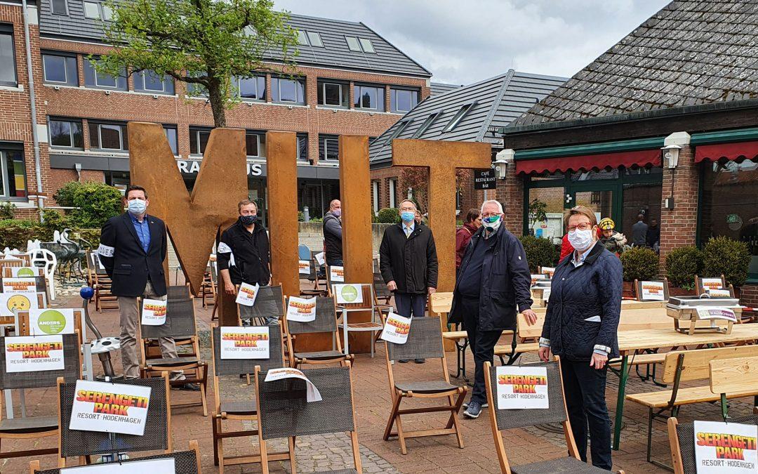 Demo mit 160 leeren Stühlen vor dem Walsroder Rathaus